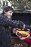 Mann, der Fleisch auf dem Grill grillt Lizenzfreie Stockfotografie