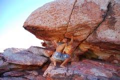 Mann, der Fluss-Stein hochdrückt. Lizenzfreies Stockfoto