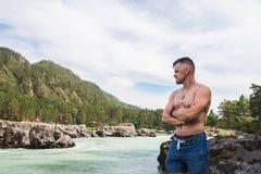Mann, der in Fluss stillsteht lizenzfreies stockbild