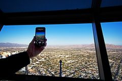 Mann, der Foto der Stadt macht Stockfotos