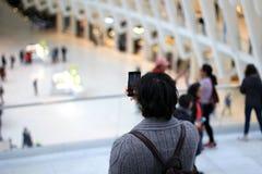 Mann, der Foto der Touristenattraktion macht Lizenzfreies Stockbild