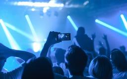 Mann, der Foto eines Konzerts macht Lizenzfreies Stockfoto