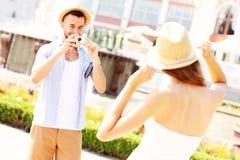 Mann, der Foto seiner Freundin macht Stockbild