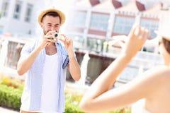 Mann, der Foto seiner Freundin macht Stockfotografie