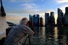Mann, der Foto von Skylinen macht Stockfoto