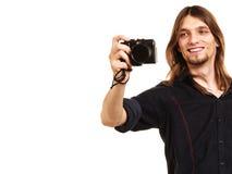 Mann, der Fotophoto mit Kamera macht Stockbild