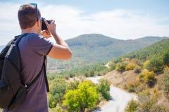 Mann, der Fotos des Berges macht Stockfotografie