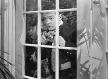 Mann, der Fotos durch Fenster macht (alle dargestellten Personen sind nicht längeres lebendes und kein Zustand existiert Lieferan Lizenzfreie Stockbilder