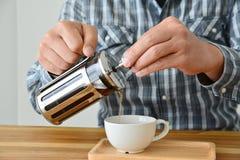 Mann, der Franzosepresse-Kaffeetopf hält Lizenzfreie Stockfotos