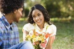 Mann, der Frauenblumen gibt. Lizenzfreie Stockfotos