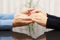 Mann, der Frauenhände hält Liebes- und Sorgfaltkonzept Lizenzfreie Stockfotografie