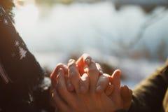 Mann, der Frauenhände hält Lizenzfreie Stockfotos