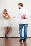 Mann, der Frauensüßigkeits-Bündelblumen gibt Liebe Stockbilder
