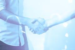 Mann, der freundlichen Händedruck gibt Stockbild