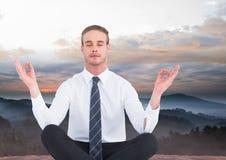 Mann, der friedlich in den Bergen meditiert stockbilder