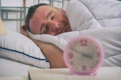 Mann, der friedlich an seinem Haus schläft lizenzfreies stockfoto