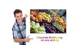Mann, der frische gesunde Frucht verkauft Lizenzfreies Stockfoto
