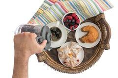 Mann, der frischen Kaffee zum sein Frühstück gießt Stockbild