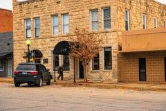 Mann, der in fron des historischen Gebäudes geht Lizenzfreies Stockbild