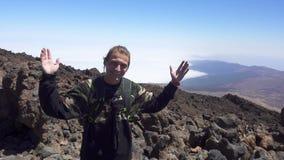 Mann, der in Front Of The Camera Standing an der Gebirgsspitze lächelt stock footage