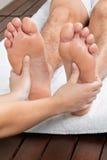 Mann, der Fuß-Massage empfängt Lizenzfreie Stockfotografie