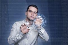 Mann, der an futuristischer Technologieumwelt arbeitet Lizenzfreie Stockfotografie