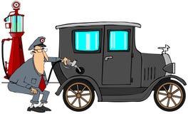 Mann, der Gas in Oldtimer einsetzt Stockfotos