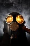 Mann in der Gasmaske über rauchigem Hintergrund Stockfoto
