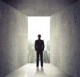Mann, der geöffnete Betonmauer betrachtet Stockbild