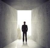 Mann, der geöffnete Betonmauer betrachtet Stockfotos