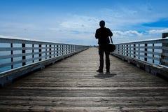 Mann, der geöffneten Vista betrachtet lizenzfreie stockfotografie