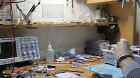 Mann, der gebrochenen Smartphone in der Werkstatt repariert stock footage