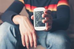Mann, der gebrochenes intelligentes Telefon hält Stockfotos
