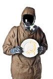 Mann in der Gefahrenklage, die einen schmutzigen Teller hält Lizenzfreies Stockfoto