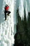 Mann, der gefrorenen Wasserfall klettert Lizenzfreie Stockfotografie