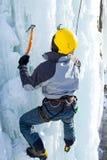 Mann, der gefrorenen Wasserfall klettert Stockfotos