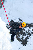 Mann, der gefrorenen Wasserfall klettert Lizenzfreies Stockfoto