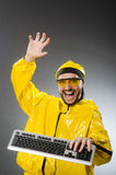 Mann, der gelben Anzug mit Tastatur trägt Stockbilder