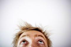 Mann, der gerade oben anstarrt Stockfoto