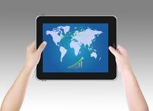Mann, der Geschäftswachstum auf Tablette PC überprüft Lizenzfreie Stockfotos