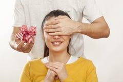 Mann, der Geschenkbox hält und Freundin gibt Lizenzfreies Stockbild