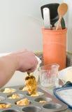 Mann, der Getreidemehlmuffins bildet Lizenzfreie Stockfotos