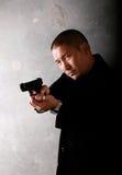 Mann, der Gewehr zeigt Lizenzfreie Stockfotos