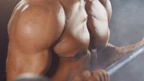 Mann, der Gewichtheben in der Turnhalle tut