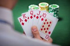 Mann, der gewinnende Hand des Pokers spielt Lizenzfreies Stockfoto