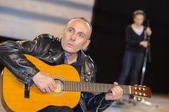 Mann, der Gitarre im Konzert spielt lizenzfreie stockfotos