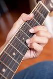 Mann, der Gitarre spielt Lizenzfreie Stockfotografie