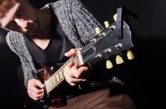 Mann, der Gitarre spielt Stockbild