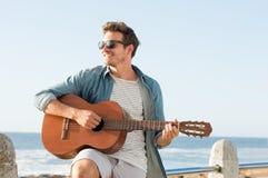 Mann, der Gitarre spielt Lizenzfreies Stockbild