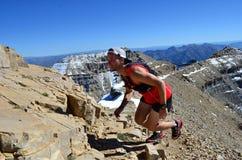 Mann, der glücklich oben einen Berg laufen lässt Lizenzfreie Stockfotos